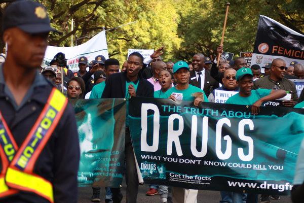 Dobrovolníci světa bez drog se účastnili, nesouce transparenty a díky oblečení v jasně tyrkysových tričkách a čepicích opticky vystupovaly v davu