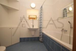 koupelna s vanou a WC - Pronájem bytu 2+kk, 66 m2, Tibetská, Praha 6