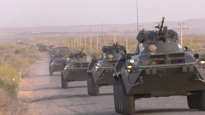 Vojenští vojáci z Uzbekistánu přijíždějí do Tádžikistánu, aby se zúčastnili společných cvičení