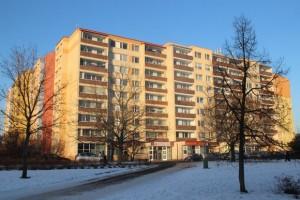 Nového vlastníka bytu nebo nebytového prostoru v domě ex lege zavazují i všechny právní úkony týkající se domu