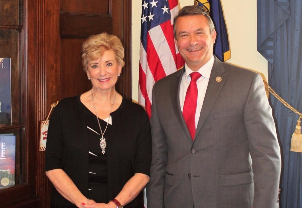 Kongresman Don Bacon podporuje legislativu pro posílení školení a programů v kybernetické bezpečnosti a přepravních sil