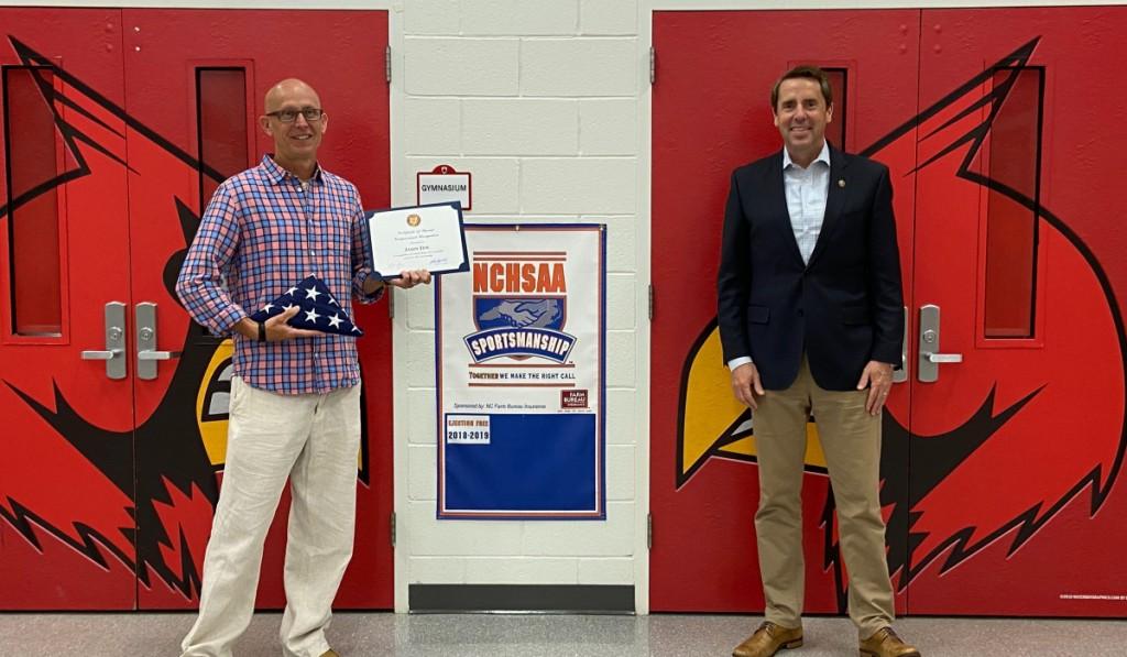 Kongresman Mark Walker ocenil Jasona Tewa z Guilford County jako komunitního hrdinu měsíce