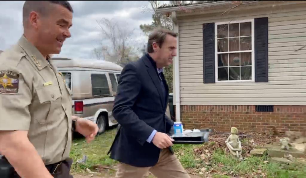Mark Walker se připojuje k šerifovi okresu Davidson Simmonsovi, aby dodával jídlo na kolech