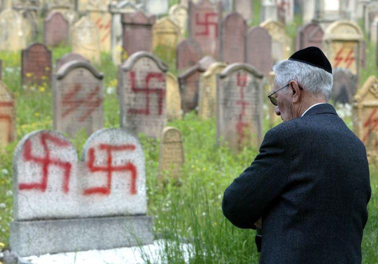 Svastiky na židovských hrobech ve Francii: antisemitismus je v Evropě stále problémem