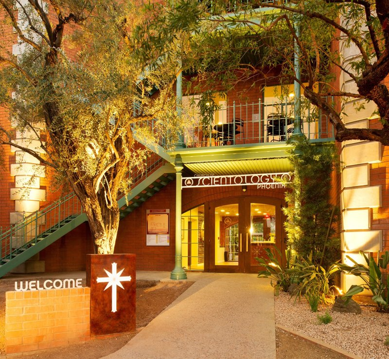 Scientologická církev Phoenix, na jihovýchodním rohu ulice 44th a ulice Indianola Ave.