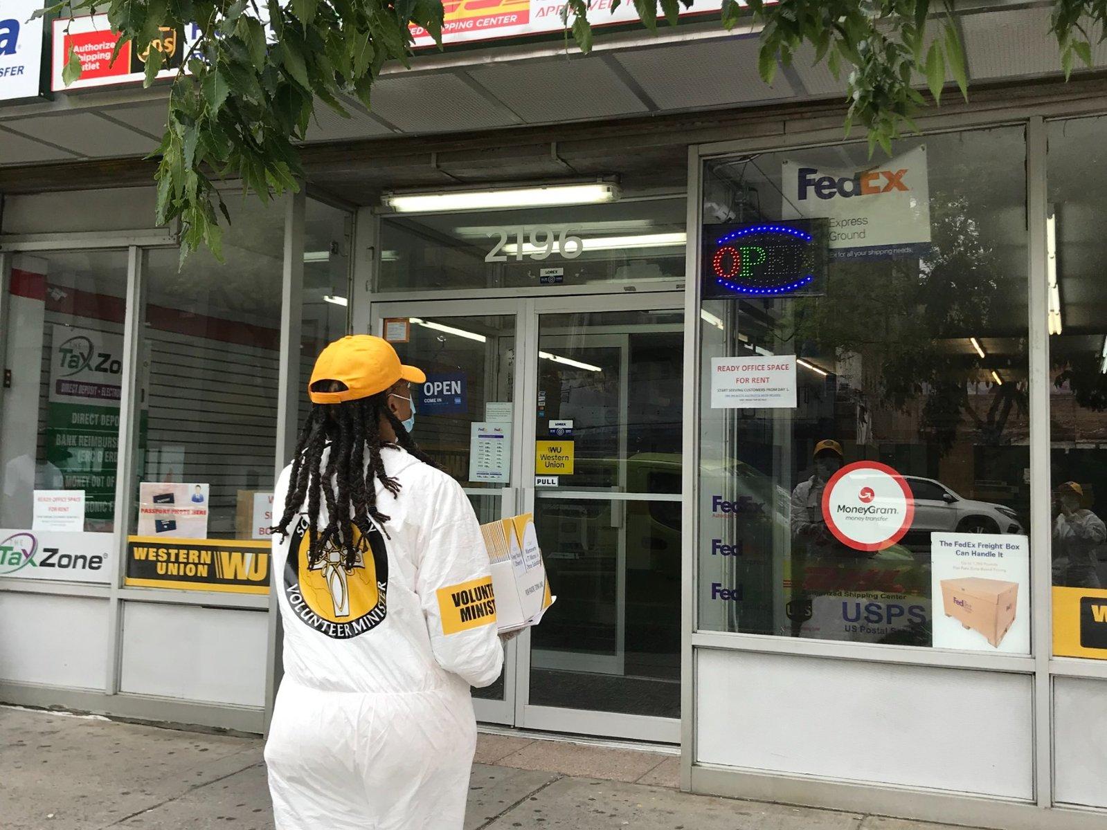 scientologičtí dobrovolníci se vydali do ulic s důležitými informacemi, aby pomohli sousedům vyhnout se druhé vlně pandemie COVID-19