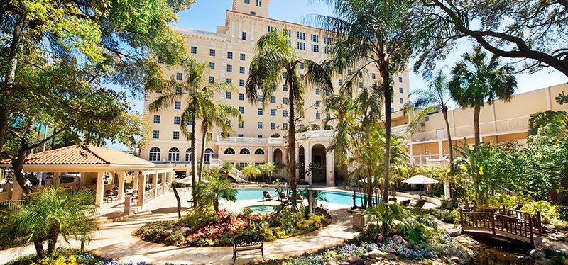 bazén v budovy Fort Harrison byl v roce 2009 kompletně zrekonstruován spolu s okolní tropickou zahradou.