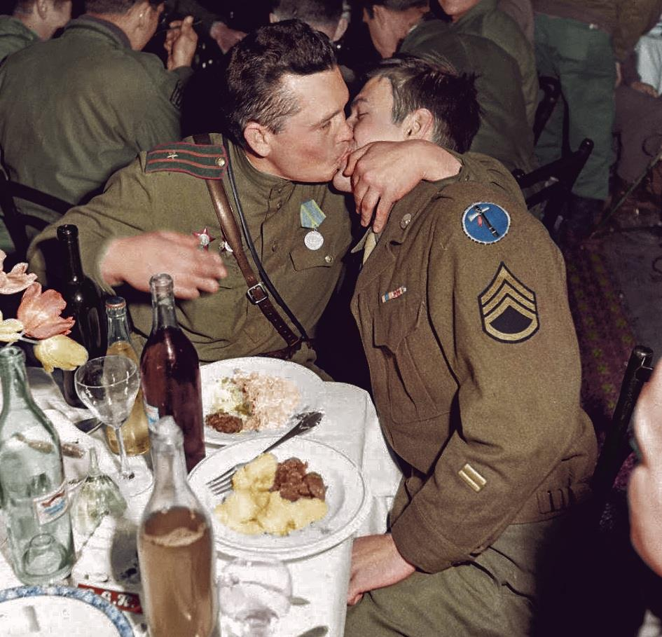 oslava vítězství na demarkační linii v Německu, květen 1945.