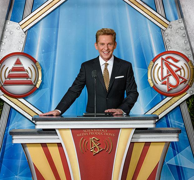 David Miscavige při slavnostním otevření Scientologických televizních studií