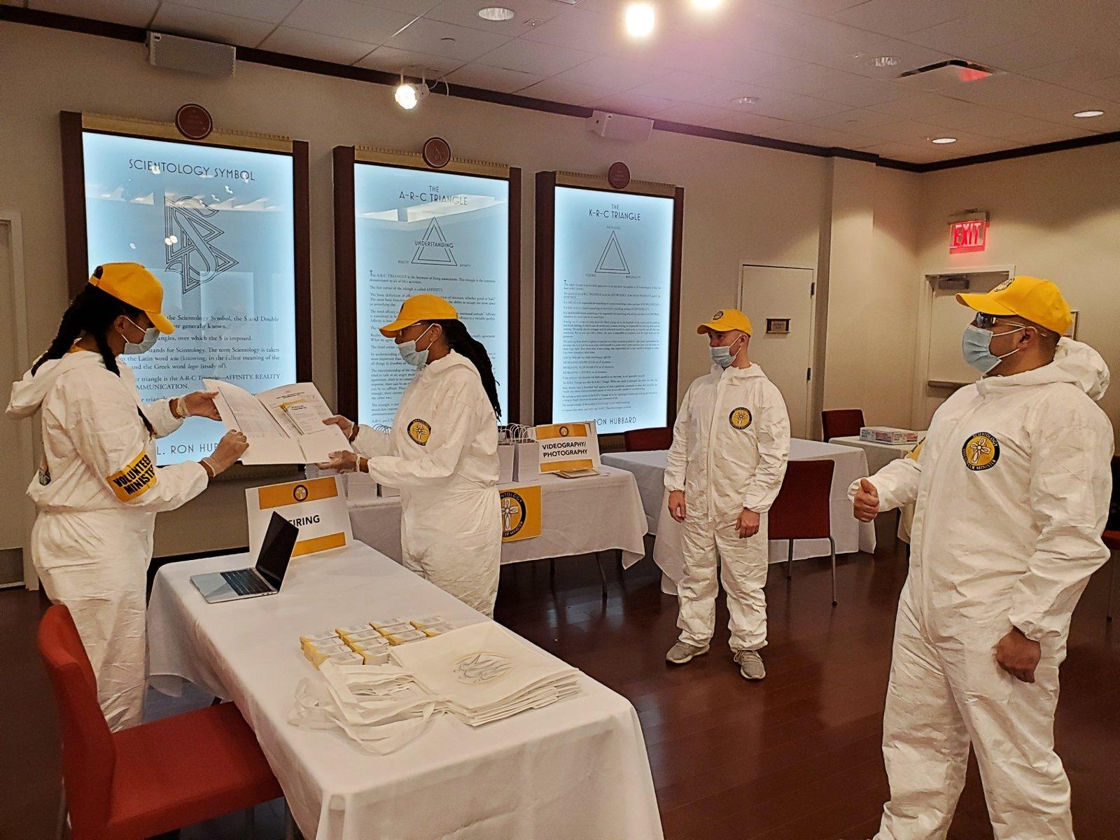 Dobrovolníci se shromáždili v Scientologické církvi v Harlem, kde si připravovali k distribuci brožury, které lidem pomohou pochopit, co mohou udělat pro to, aby se udrželi sebe i ostatní zdravé.